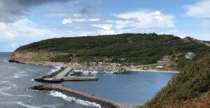 Een jachthaven in een natuurlijke baai op het Deense eiland Bornholm